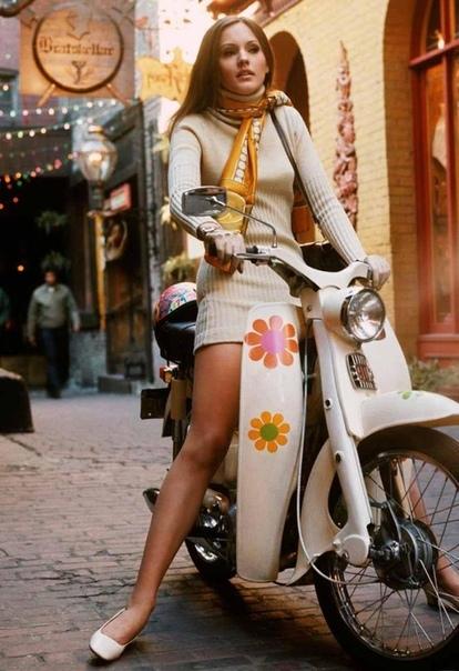 Девушка на Хонде, Чикаго, 1969 год. Фотограф: Dwight Hooer.Модель скутера: Honda CM91. Модель человека: неизвестна.