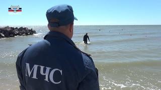 Сотрудники МЧС ДНР обеспечивают безопасный отдых на побережье Азовского моря