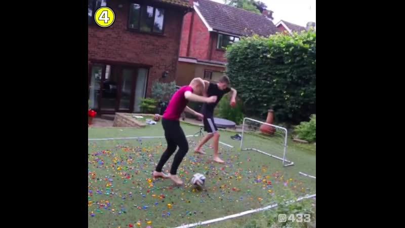 ⚽ Блогеры босиком сыграли в футбол на рассыпанных деталях LEGO Это видео причиняет физическую боль