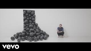 Cyril Mokaiesh - La vie est ailleurs (feat. Bachar Mar-Khalifé) [Clip officiel]