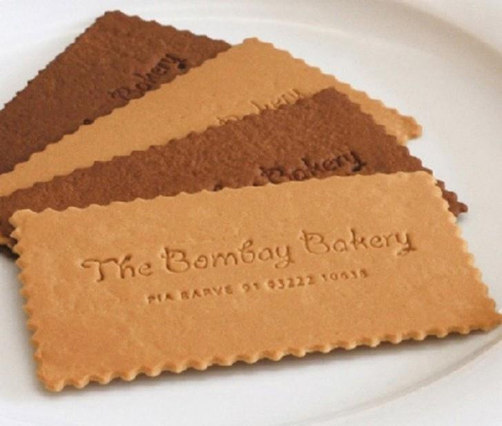 Аппетитная визитка в форме печенья — реклама пекарни.