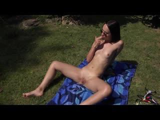 Красотка с солнцезащитными очками-авиаторами Саша Воробей загорает на заднем дворе-Эротика Секс Не порно