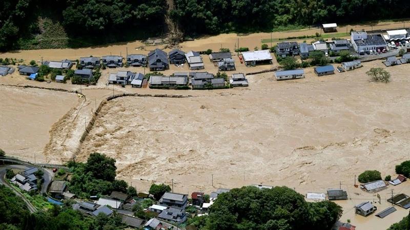 Япония ушла под воду Из за дождей реки вышли из берегов