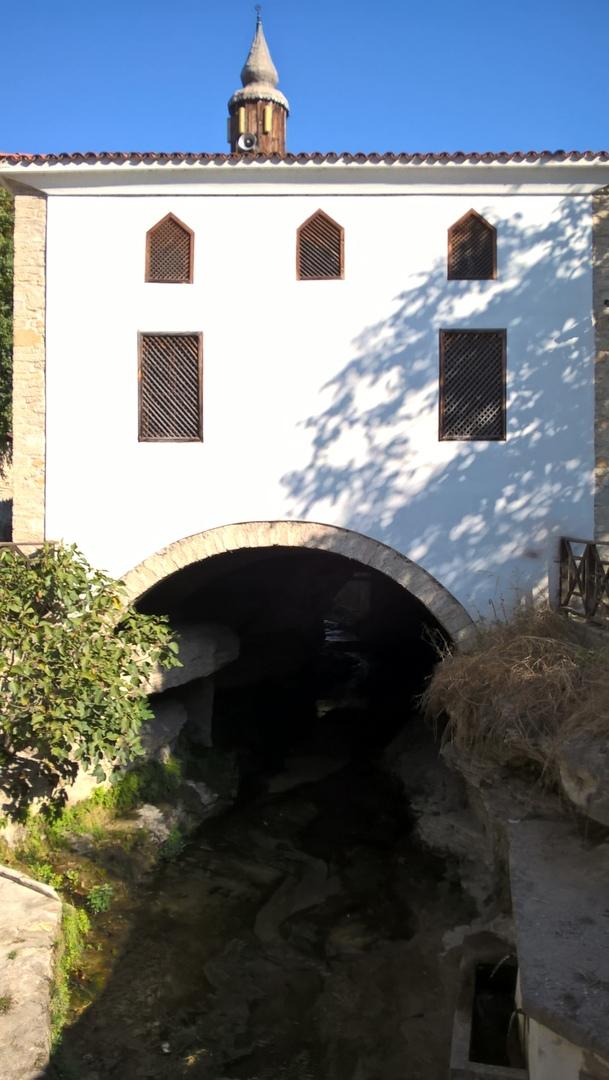 мечеть Лютфийе построена над рекой