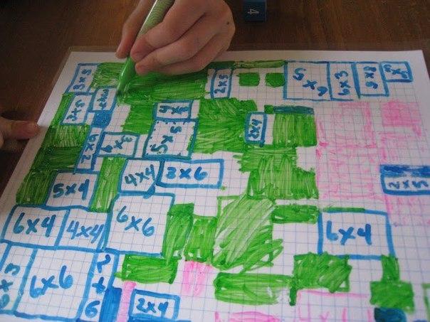МАТЕМАТИЧЕСКАЯ ИГРА Игра, в которой легко тренировать таблицу умножения. Понадобится лист в клеточку (на фото - заламинированный лист), две игральных кости и маркеры разных цветов по количеству