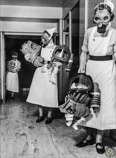 Медсестры несут младенцев в противогазах в лондонской больнице, 1940 год.
