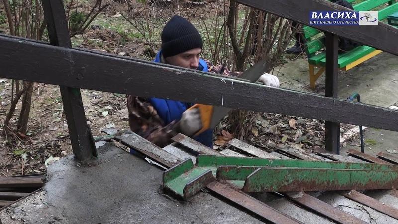 Глава Власихи А. Алябьев проконтролировал установку пандуса у дома 21 по ул. Заозерная