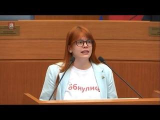 Независимый депутат пришла в Мосгордуму в футболке «Öбнулись» и раскритиковала Путина