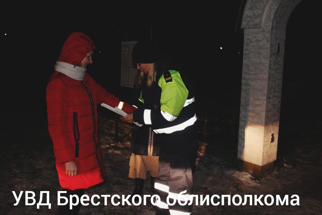 В канун Рождества сотрудники ГАИ дарили фликеры и напоминали о безопасности на дорогах