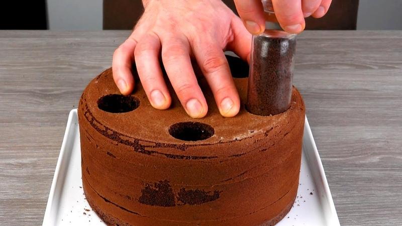 Вырезаем 6 отверстий в шоколадном тесте и заполняем кремом Бесподобно