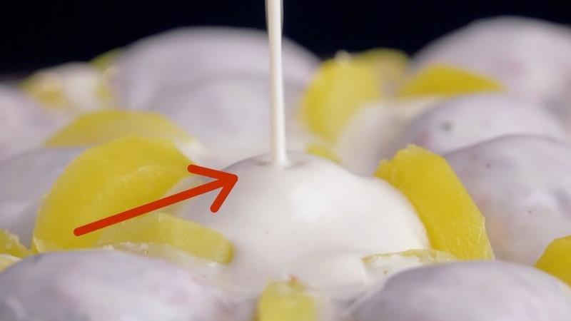 Выкладываем узор из ломтиков картофеля. Когда добавим соус, в восторге будут все!