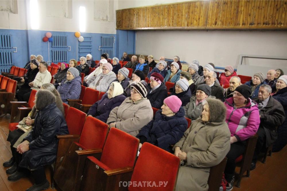 В микрорайоне Селиваново вручили удостоверения «Дети войны»