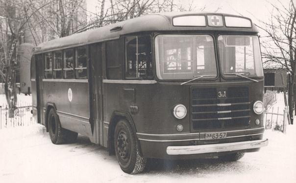 САНИТАРНЫЙ АВТОБУС  А вы знаете, что большинство послевоенных советских автобусов проектировалось с учётом возможности быстрого переоборудования в санитарные машины? Самые распространённые автобусы марок: ЛАЗ, ЛиАЗ или ПАЗ были именно такими. В больших городах на автопредприятиях нередко имелись военизированные колонны, в которых были собраны автобусы таких моделей.  К слову, самые известные у нас иностранные автобусы венгерского производства к переоборудованию в санитарные на уровне проекта не были предназначены. Перед вами автобус ЗИЛ-158 санитарный и два варианта оборудования такого автобуса. Фотографии из фондов Петербургского музея автобусов.