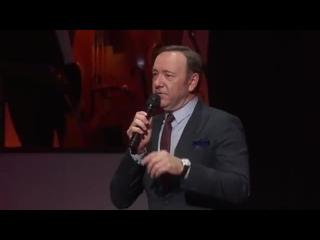 Кевин Спейси поёт песню на праздновании 90-летнего юбилея Тони Беннетта (2016 год)