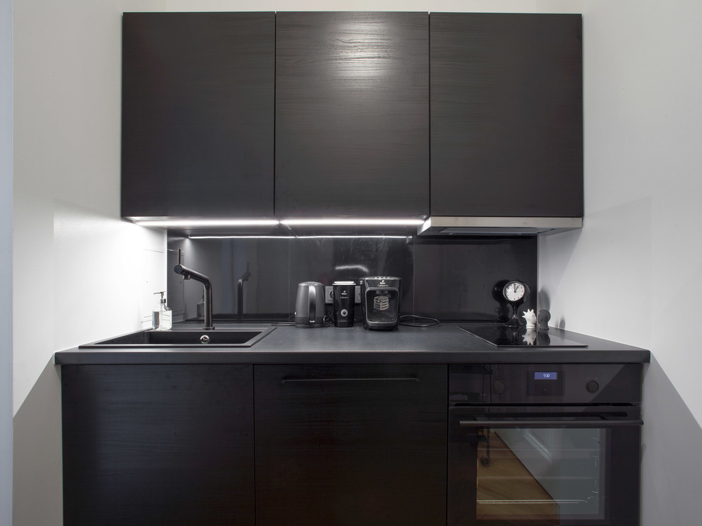 Небольшая скромная квартира-студия 24 м с кухней в прихожей и подвесными шкафами.