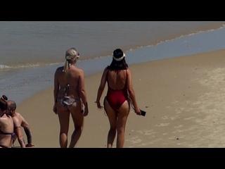 Девка с подружкой  на пляже засветила классную жопу в купальнике