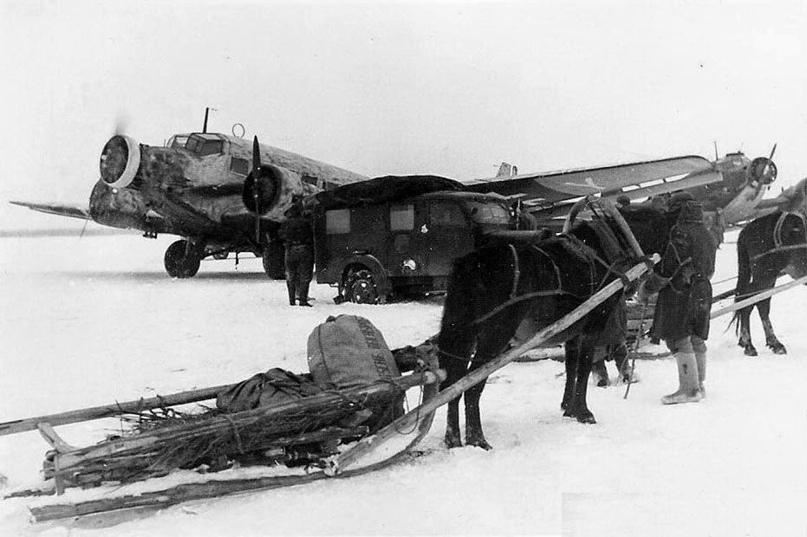 Зима 1942 - 1943 года. СССР. Немецкий транспортный самолёт Junkers Ju 52 во время работы воздушного моста по снабжению окружённой в Сталинграде 6- Армии Паульса
