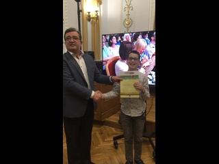 Рустем Талгатович Хасанов вручает благодарственное письмо