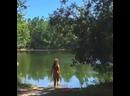 Натуризм у лесного озера