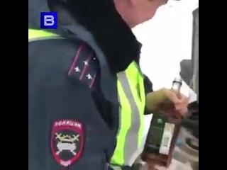 Шикарный запашок пошел в Новосибирске сотрудник ДПС залил в служебный автомобиль виски в качестве омывайки.