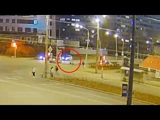 Сегодня на пересечении проспекта Ветеранов и улицы Тамбасова машина сбила человека на пешеходном переходе.