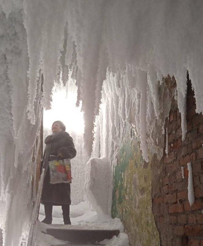 Это впечатляет. В российском городе подъезды превратились в ледяные пещеры