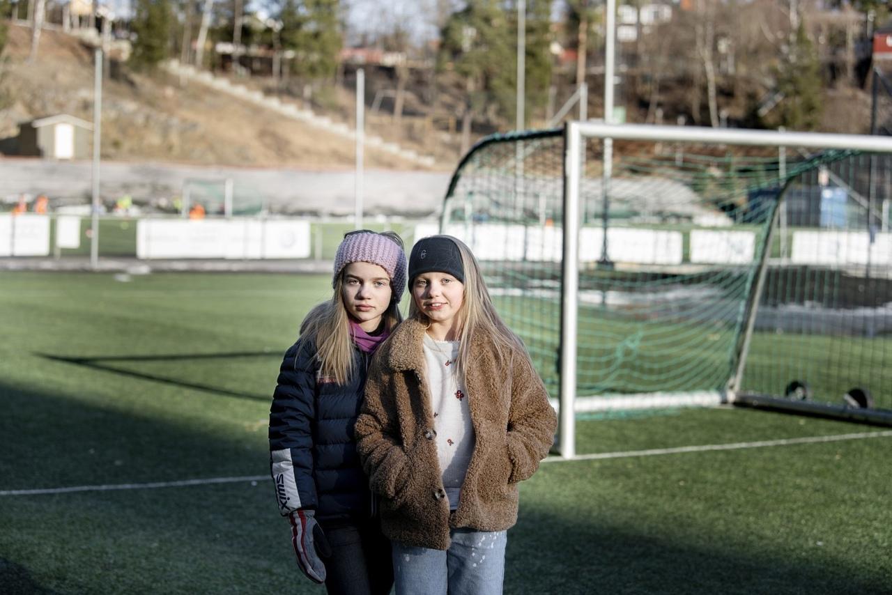 Пятиклассницы Сине и Хедевиг из Осло занимаются футболом и недавно обратились к...