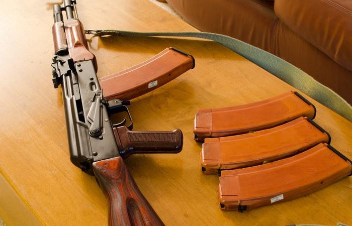 В КЧР мужчина хранил у себя боевой автомат Калашникова