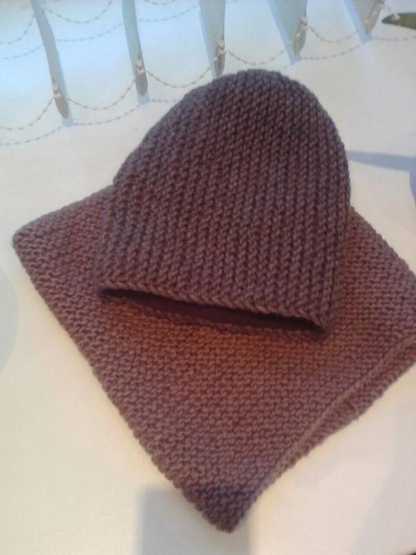 Комплект шапка и снуд спицами.