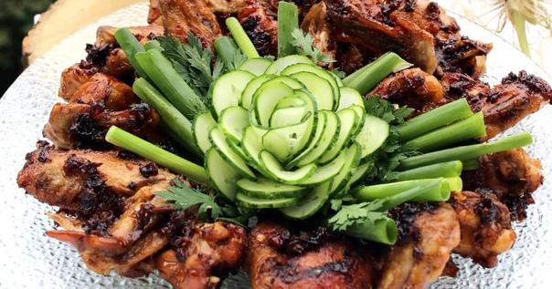 Имбирные куриные крылья в «Кока-коле» Для восточной кухни вообще и для китайской в частности характерны сочетания мяса животных, птицы и сладких ингредиентов. Также традиционно использование
