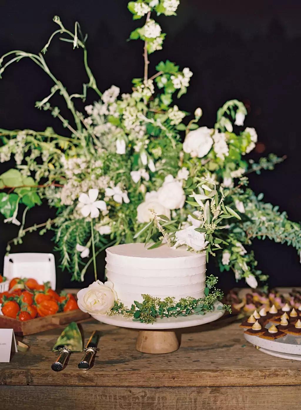 gBD6CNyjVbg - Маленькие свадебные торты