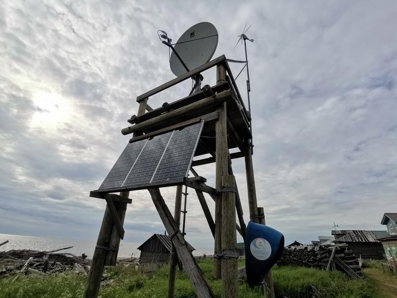 Ветряк и солнечная панель питают телефонную будку Ростелекома