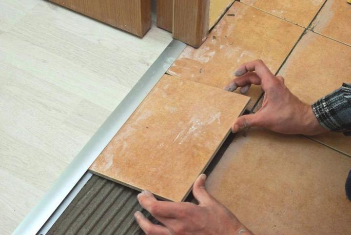Встретились ламинат и плитка: как состыковать разные материалы на полу без порожка и щелей., изображение №6