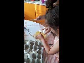 Сериал юные кулинары, учимся разбивать яйца для теста