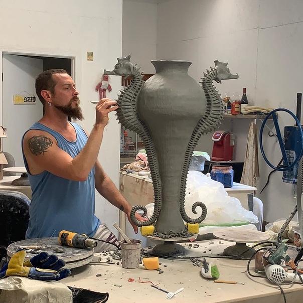 Профессиональный керамист Shayne Greco Шейн Греко - керамист из Северной Каролины, США. С 2010 г. он создает керамические горшки и украшает их жителями земли или моря. Все делается индивидуально