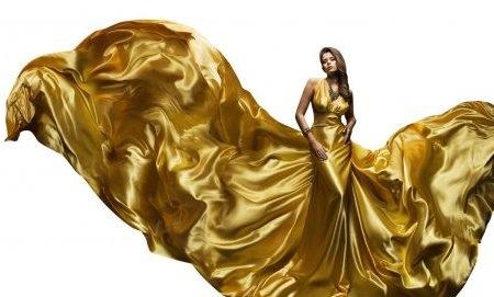Женщина в шелковом платье