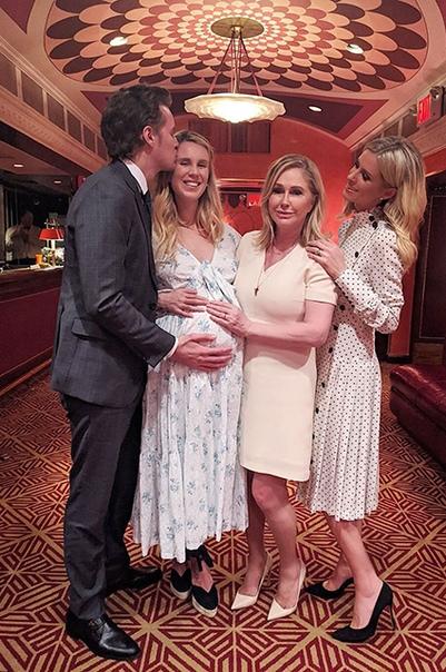 Баррон Хилтон и его жена Тесса впервые стали родителями Брат Пэрис Хилтон впервые стал отцом Баррон Хилтон и его жена Тесса поделились в сети первой фотографией своей новорожденной дочери,