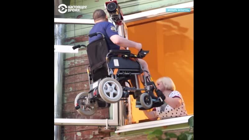 Инвалид вынужден выбираться из дома с помощью лебедки