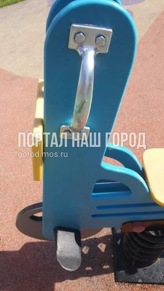 Коммунальщики починили игровой элемент во дворе на Ухтомского Ополчения